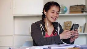 Giovane donna che utilizza telefono nella casa stock footage