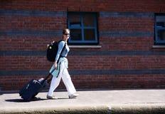 Giovane donna che va sulla vacanza Immagini Stock Libere da Diritti