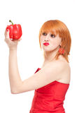 Giovane donna che valuta freschezza del pepe Fotografia Stock Libera da Diritti
