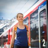 Giovane donna che viaggia in treno Fotografia Stock