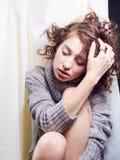 Giovane donna che visualizza umore sottomesso immagini stock libere da diritti