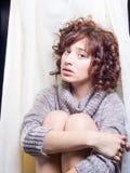 Giovane donna che visualizza umore sottomesso Immagine Stock