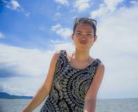 Giovane donna cinese asiatica felice ed emozionante che posa da solo su un cielo di estate che sembra godere allegro e rilassato Fotografie Stock Libere da Diritti