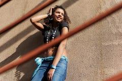 Giovane donna civettuola sulla scala Fotografia Stock