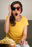Giovane donna colpita che guarda film 3D Fotografie Stock Libere da Diritti