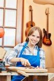 Giovane donna come apprendista del carpentiere Immagine Stock Libera da Diritti