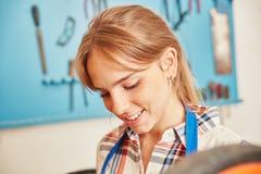 Giovane donna come apprendista del carpentiere Immagine Stock