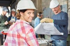 Giovane donna come apprendista del lavoratore Immagine Stock Libera da Diritti