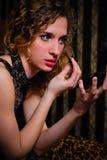 Giovane donna con blusher fotografia stock libera da diritti