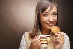 Giovane donna con caffè ed i biscotti Immagine Stock Libera da Diritti