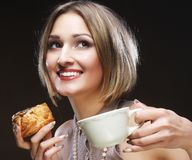 Giovane donna con caffè ed i biscotti Immagini Stock Libere da Diritti