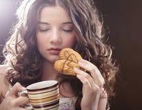 Giovane donna con caffè ed i biscotti Fotografia Stock Libera da Diritti