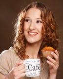Giovane donna con caffè ed il dolce Fotografia Stock Libera da Diritti