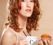 Giovane donna con caffè ed il dolce Fotografie Stock