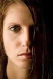 Giovane donna con capelli bagnati fotografia stock libera da diritti