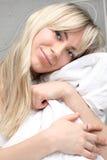 Giovane donna con capelli biondi lunghi di mattina Immagini Stock Libere da Diritti