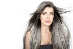 Giovane donna con capelli d'argento d'avanguardia lunghi Fotografia Stock