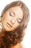 Giovane donna con capelli ricci immagine stock