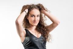 Giovane donna con capelli ricci rossi Immagine Stock