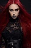 Giovane donna con capelli rossi in costume gotico nero Fotografia Stock Libera da Diritti