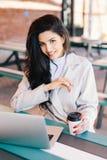 Giovane donna con capelli scuri che hanno gli occhi luminosi, le labbra piene e hea fotografia stock
