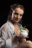 Giovane donna con crema cosmetica Fotografie Stock