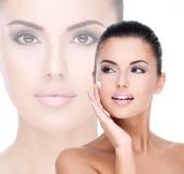 Giovane donna con crema cosmetica sul fronte Fotografia Stock