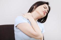 Giovane donna con dolore al collo fotografie stock