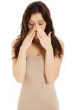 Giovane donna con dolore del seno Fotografie Stock