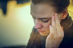 Giovane donna con dolore di pressione del seno Immagini Stock