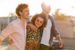 Giovane donna con due amici maschii Fotografia Stock Libera da Diritti