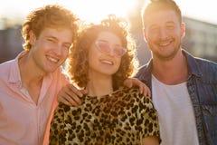 Giovane donna con due amici maschii Fotografie Stock