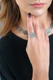 Giovane donna con gli accessori alla moda, primo piano Immagine Stock Libera da Diritti