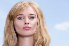 Giovane donna con gli occhi azzurri splendidi Fotografie Stock
