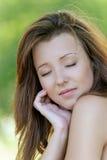 Giovane donna con gli occhi chiusi Fotografie Stock