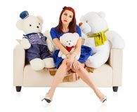 Giovane donna con gli orsi del giocattolo fotografie stock libere da diritti