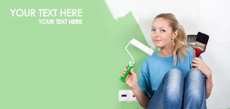 Giovane donna con gli strumenti della pittura Immagine Stock Libera da Diritti