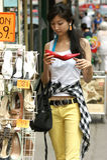 Giovane donna con grande gioia quando comprano i pattini Immagini Stock Libere da Diritti