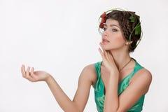 Giovane donna con i fiori fotografie stock libere da diritti