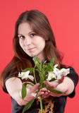 Giovane donna con i fiori Fotografia Stock