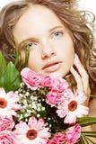 giovane donna con i fiori del mazzo immagini stock libere da diritti