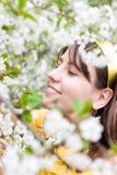 Giovane donna con i fiori della ciliegia della sorgente immagine stock