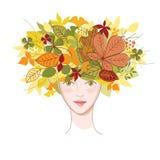Giovane donna con i fogli di autunno Immagine Stock