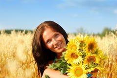 Giovane donna con i girasoli immagini stock libere da diritti