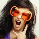 Giovane donna con i grandi occhiali da sole arancio Immagini Stock Libere da Diritti