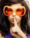 Giovane donna con i grandi occhiali da sole arancio Fotografia Stock Libera da Diritti