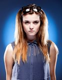 Giovane donna con i vetri della nullità sulla testa, sguardo innocente Immagine Stock Libera da Diritti