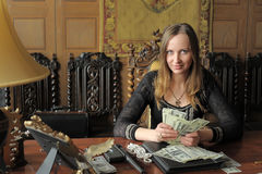 Giovane donna con i lotti dei dollari in sue mani Immagine Stock Libera da Diritti
