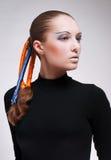 Giovane donna con i nastri blu ed arancioni in capelli immagini stock