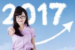 Giovane donna con i numeri 2017 e la freccia Fotografia Stock